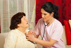 El doctor examina el hogar paciente fotos de archivo libres de regalías
