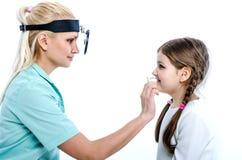 El doctor examina la nariz del paciente Imagen de archivo libre de regalías