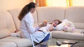 El doctor examina a un niño almacen de video