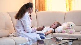 El doctor examina a un niño metrajes