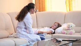El doctor examina a un niño almacen de metraje de vídeo
