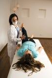 El doctor Examines un paciente Pierna-Vertical Fotografía de archivo libre de regalías