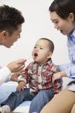 El doctor Examining Baby Boy en oficina Fotografía de archivo libre de regalías