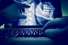 El doctor Examining X Ray fotografía de archivo