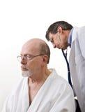 El doctor Examining Senior Male Patient Imagen de archivo libre de regalías