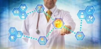 El doctor Exchanging Health Information con el personal foto de archivo libre de regalías