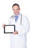 El doctor feliz Holding Blank Digital Tablet imagen de archivo libre de regalías