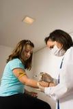 El doctor Gives Patient un tiro en el Brazo-Vertical Fotografía de archivo