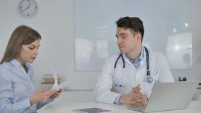El doctor Giving Prescription al paciente, documentos médicos metrajes