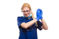 El doctor gritador adentro friega guantes y la mascarilla imagen de archivo libre de regalías