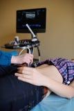 El doctor hace el paciente un ultrasonido abdominal imagenes de archivo