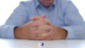 El doctor Hands Image con un medicamento coloreado en la tabla almacen de metraje de vídeo