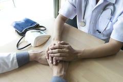 El doctor hizo un acuerdo con los pacientes con la tensión arterial alta de mantener salud foto de archivo