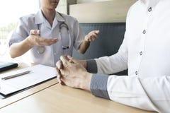 El doctor hizo un acuerdo con los pacientes con la tensión arterial alta de mantener salud imagen de archivo