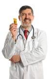El doctor Holding Container con las píldoras de la prescripción Imagenes de archivo