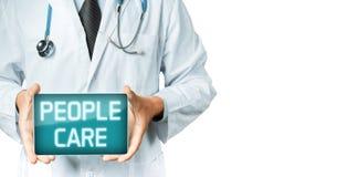 El doctor Holding Digital Tablet con cuidado de la gente de la inscripción Tecnología moderna en concepto de la medicina Fotografía de archivo