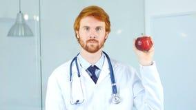 El doctor Holding Red Apple para expresar forma de vida sana Imagen de archivo