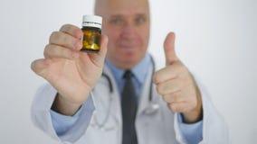 El doctor Image Thumbs Up recomienda el tratamiento m?dico confiado con las p?ldoras de la vitamina foto de archivo