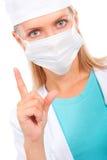 El doctor joven en una máscara advierte Imagenes de archivo