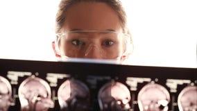 El doctor joven examina el tomograma almacen de video