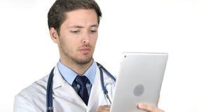 El doctor joven Using Tablet en el fondo blanco almacen de metraje de vídeo