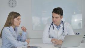 El doctor Listening Cpmplaint del paciente almacen de video