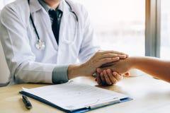 El doctor lleva a cabo las manos y deja confortar a consejeros al paciente fotos de archivo