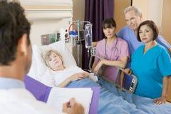 El doctor Making Notes On Patient fotos de archivo libres de regalías