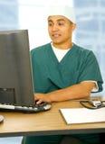 El doctor Man Using Computer Foto de archivo