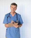 El doctor mayor adentro friega hacer frente a la cámara fotos de archivo