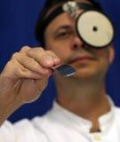 El doctor mira en la garganta Imagen de archivo libre de regalías