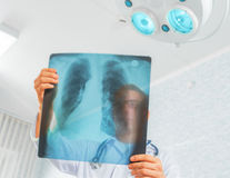 El doctor mira imagen de la radiografía fotografía de archivo libre de regalías