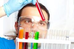 El doctor muestra el tubo de ensayo Foto de archivo
