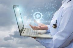 El doctor muestra en la red la ubicación del hospital imagenes de archivo