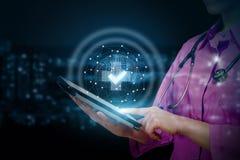 El doctor muestra en móvil la calidad de servicios médicos imagen de archivo libre de regalías