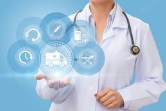 El doctor muestra los iconos de la ambulancia Imagen de archivo