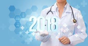 El doctor muestra los números 2018 Imagen de archivo libre de regalías
