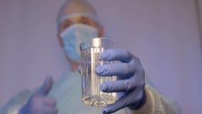 El doctor muestra que eso el agua potable de consumición es buena para la salud La manera de vida correcta metrajes