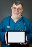 El doctor o el profesional médico sostiene un Compu en blanco Imágenes de archivo libres de regalías