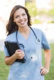 El doctor o enfermera joven Holding Touch Pad de mujer adulta Imágenes de archivo libres de regalías