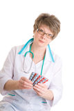 El doctor ofrece medicinas Imágenes de archivo libres de regalías