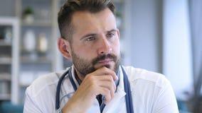 El doctor pensativo Thinking sobre salud paciente fotografía de archivo