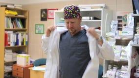 El doctor pone un traje metrajes