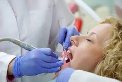 El doctor prepara al paciente joven para el procedimiento dental Imagen de archivo