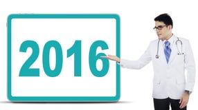 El doctor presenta los números 2016 en el tablero Imagenes de archivo