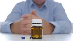 El doctor Presenting Medication con las p?ldoras y las drogas para la prevenci?n de la depresi?n fotografía de archivo libre de regalías