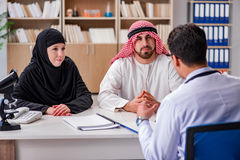 El doctor que consulta a la familia árabe en el hospital imágenes de archivo libres de regalías