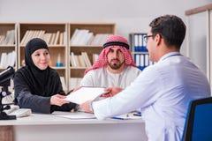 El doctor que consulta a la familia árabe en el hospital foto de archivo libre de regalías