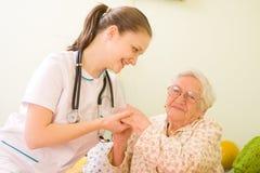 El doctor que cuida With Elderly Woman Imagen de archivo libre de regalías