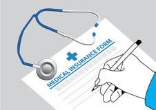 El doctor rellena el impreso del seguro médico del estetoscopio en la tabla Foto de archivo